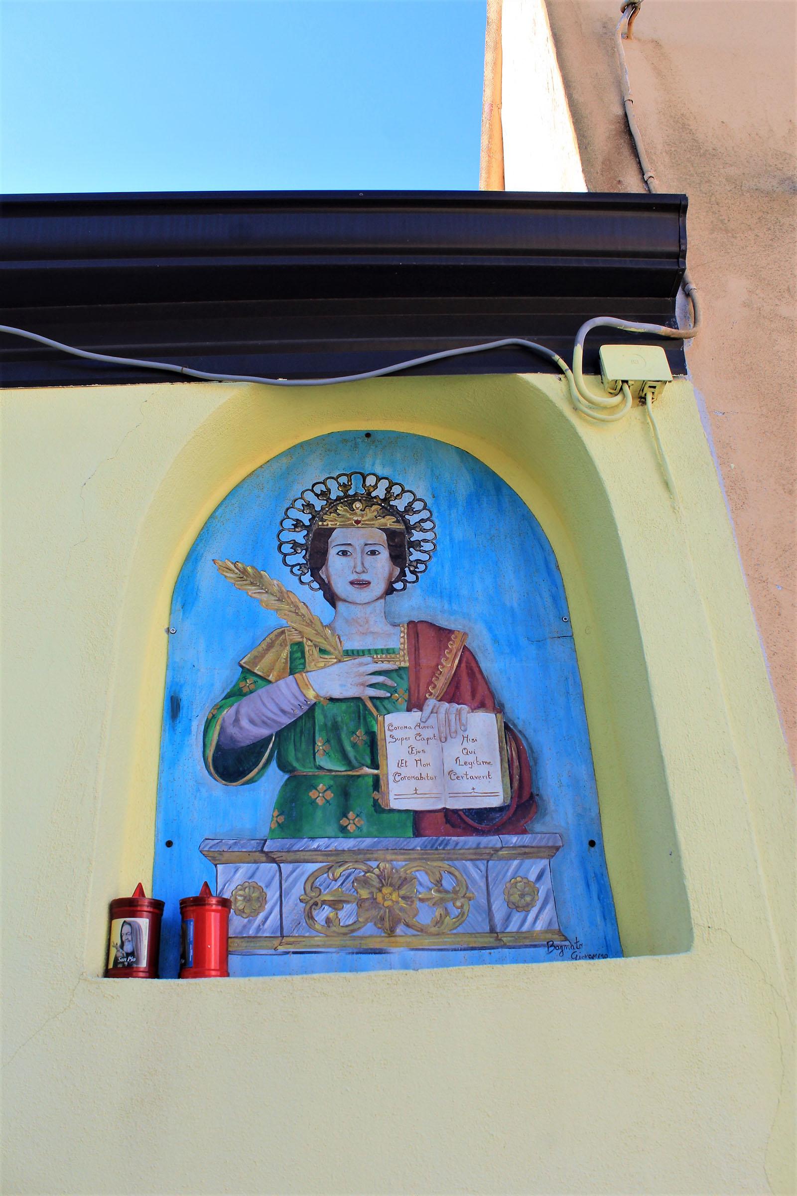 Immagine di san Floro  dipinta sulle case del borgo